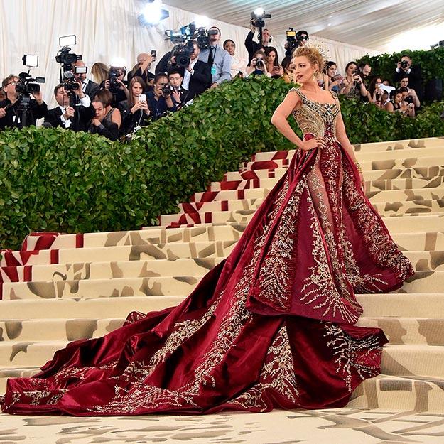 29227dfce5 Blake Lively arrasou a bordo de um Versace de inspiração renascentista no  MET Gala Foto  Getty Images